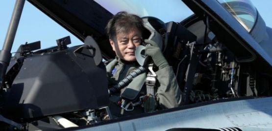 Tổng thống Hàn Quốc mặc đồ phi công, đi tiêm kích tới triển lãm hàng không